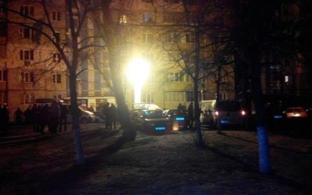 На місці події працює міліції і зібралися схвильовані жителі району. / © vk.com/troyeshchyna_array