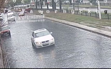 У центрі Дніпра авто збило жінку, відкинувши її просто під трамвай (відео)