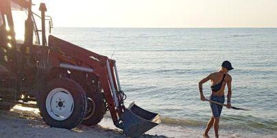 Вывозят прицепами: в курортной Кирилловке показали, как коммунальщики борются с медузами (фото/видео)