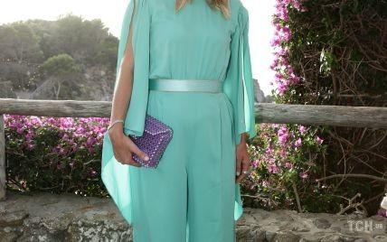 В бирюзовом комбинезоне с разрезами на руках: Ники Хилтон посетила модный показ на итальянском острове