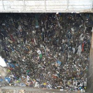У Підгірцях місцеві вже третій день блокують полігон: не хочуть пропускати київське сміття