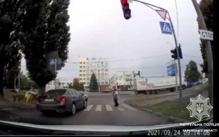 В Харькове патрульные через соцсети разыскали водителя, который дерзко нарушил ПДД: что ему за это грозит