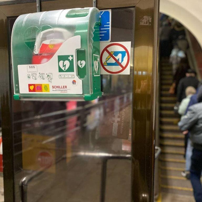 У метро Києва на всіх станціях у пасажирських зонах будуть дефібрилятори