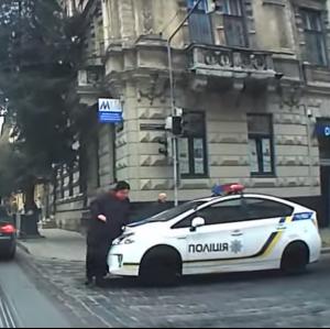 Во Львове патрульная полиция сбила женщину на пешеходном переходе