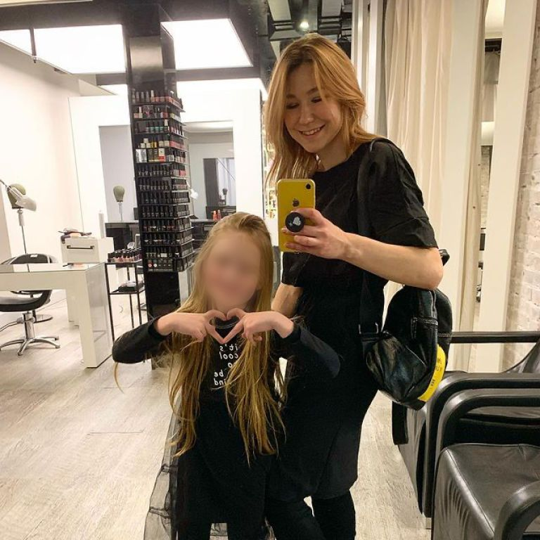 Роман 8-летней модели и 13-летнего блогера: дедушкой девочки оказался чиновник Верховной Рады