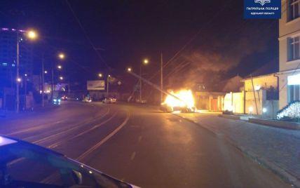 В Одессе авто врезалось в столб и полностью загорелось: появилось фото