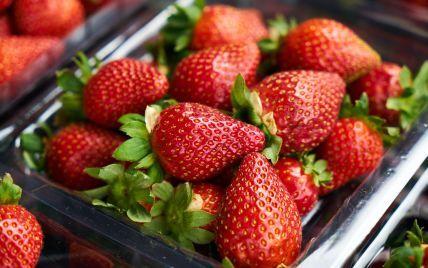 На рынках Украины продолжает дешеветь клубника: сколько стоит ягода