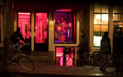 Мыть руки и дезинфицировать кровати: в Амстердаме восстанавливает работу квартал красных фонарей