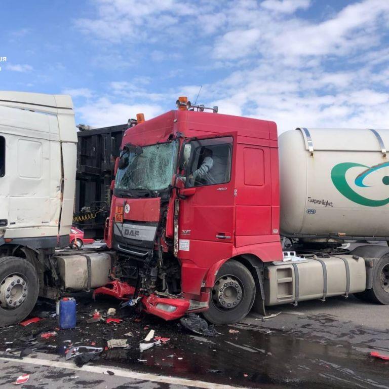 На трассе Киев-Чоп столкнулись два грузовика и микроавтобус: есть пострадавший (фото)