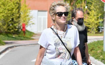 В джинсах и с небрежной прической: Шэрон Стоун продемонстрировала стильный стритстайл лук