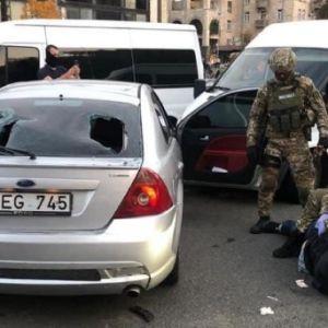 У центрі Києва спецназ із пострілами провів спецоперацію: на гарячому взяли двох бандитів з Грузії