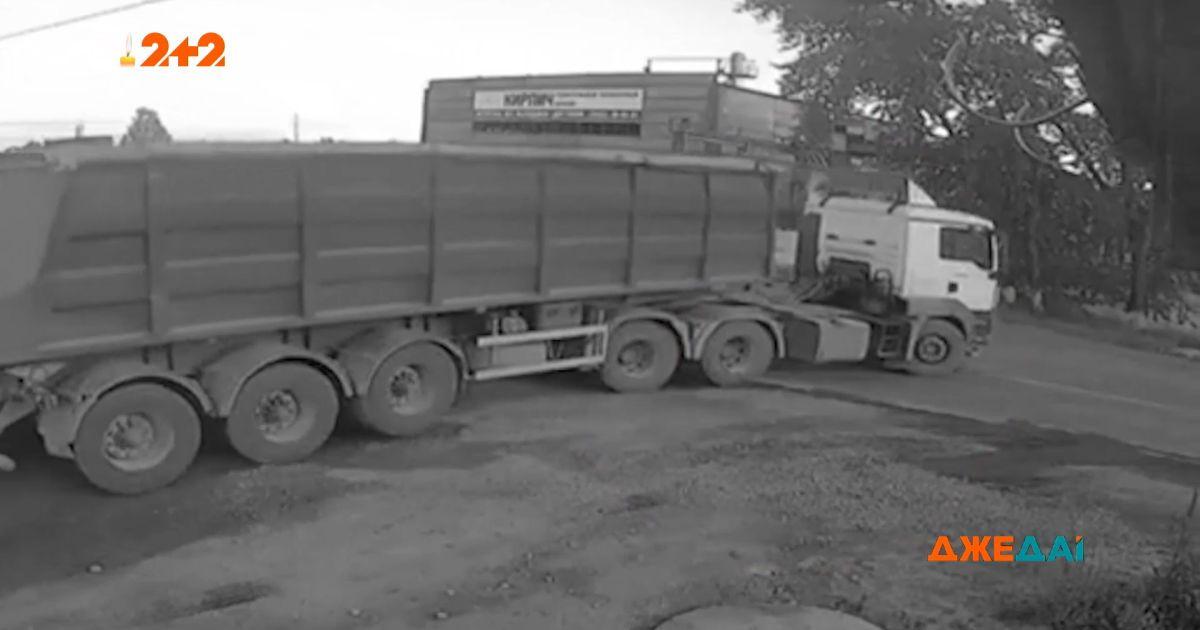 В России водитель грузовика не заметил пешехода и переехал его