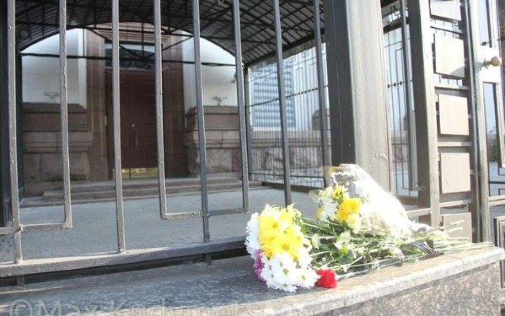 Цветы возле посольства РФ в Киеве / ©