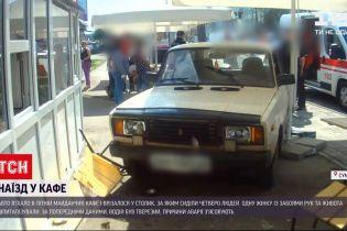 Новости Украины: в Сумах автомобиль травмировал трех человек на летней площадке кафе