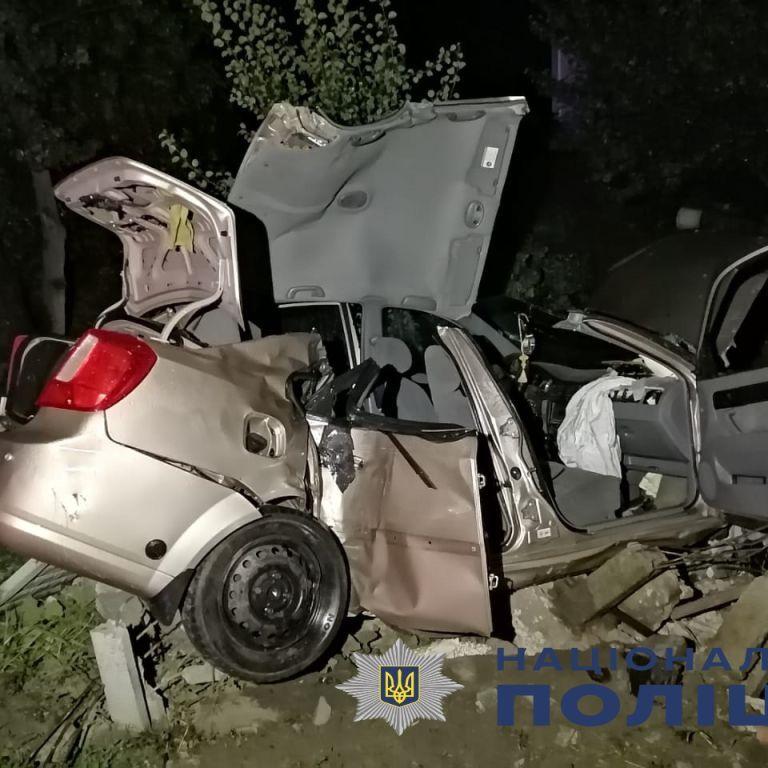 У Київській області автівка з неповнолітніми влетіла у бетонний паркан: двоє загиблих