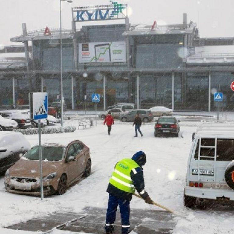 Відправляли на резервні летовища та скасовували рейси: столичні аеропорти відновили роботу