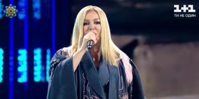 """У сукні-кімоно з вишивкою: розкішна Ірина Білик виступила на святковому концерті в """"Олімпійському"""""""