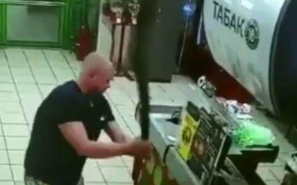 В России покупатель в супермаркете требовал обслужить себя без маски и размахивал мачете: видео
