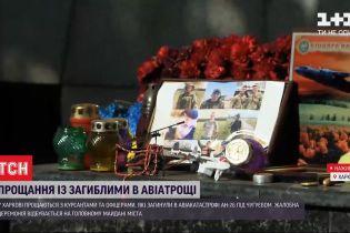 Свічки та гори квітів: що відбувається біля університету, який втратив 19 своїх вихованців