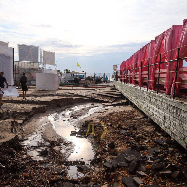 Последствия ливня в Одессе: затопленная Аркадия, уничтожен пляж и побитые машины (видео)