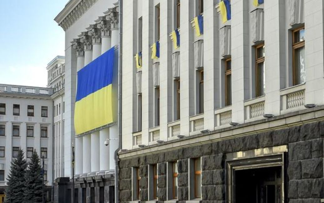 АП украсили огромным флагом / © twitter/Петр Порошенко