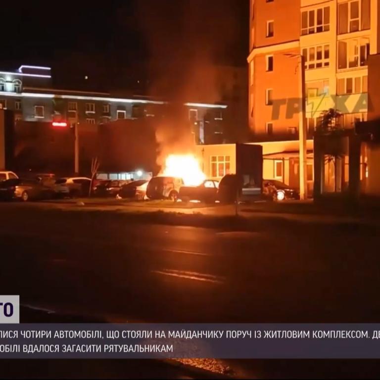 У Харкові на паркувальному майданчику згоріли чотири автомобілі