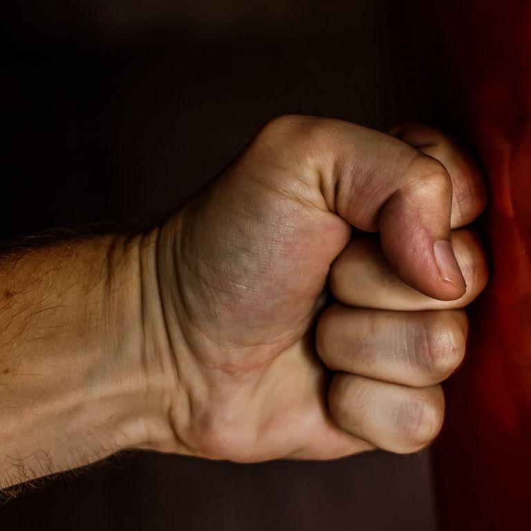 Сильно избил тростью, потому что не было денег: в Одесской области грабитель ворвался в дом пожилой женщины