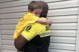 Хлопчик вбрався у форму охоронця школи на День перевдягання в улюблену людину: це розчулило чоловіка