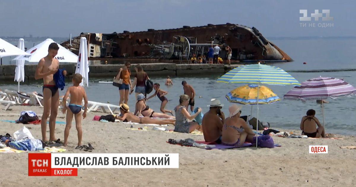 """Танкер """"Делфи"""" остается в море и загрязняет воду у одесского пляжа"""