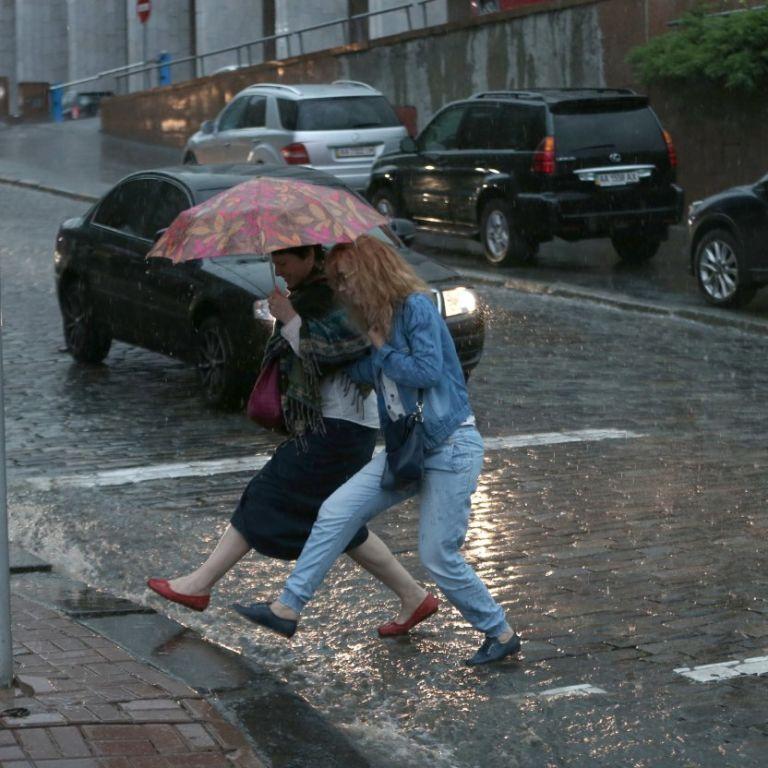 У Дніпрі ліквідовують наслідки потужних злив: 70затоплених подвір'їв і майже 50 будинків