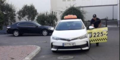 """""""Намотував кола, розраховуючи на солідний чай"""": у Києві таксист вдарив літню іноземку та ногою розчавив окуляри"""