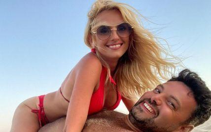 Ирина Федишин в красном бикини верхом на муже устроила откровенный фотосет