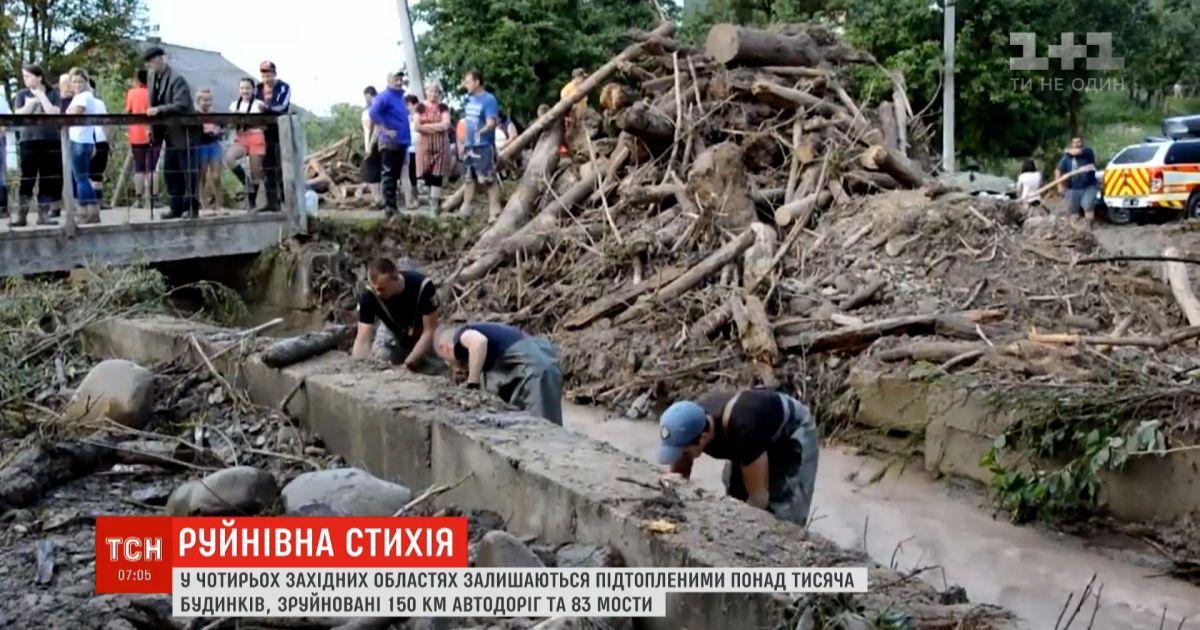 В западных областях Украины остаются подтопленными более тысячи домов