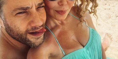Аліна Гросу в бікіні влаштувала імпровізований фотосет з бойфрендом на пляжі на Одещині