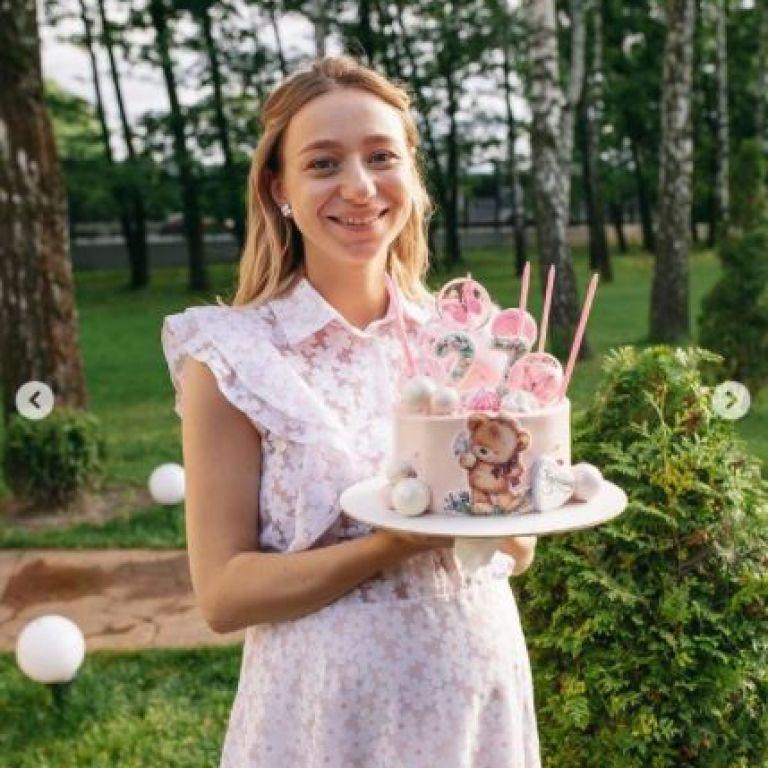 Вагітна дружина Віктора Павліка у легкій білій сукенці показала, як 27-річчя відсвяткувала