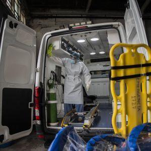 В Днепре врачи спасли больного коронавирусом мужчину, в которого были на 100% повреждены легкие