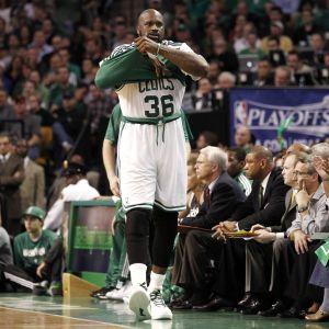 Конфузный данк: легенда НБА эффектно оторвал баскетбольную корзину и поднял хохот в соцсетях