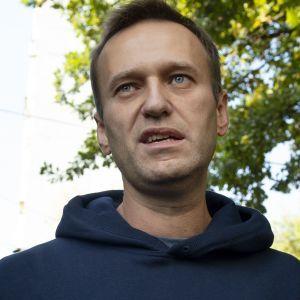 """""""Тебе не больно, а жизнь идет"""": Навальный - о событиях в самолете, первых симптомах и о том, что спасло ему жизнь"""