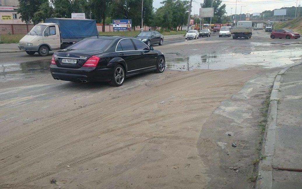 Горячей водой залило дорогу / © Фото Ивана Воробьева/ТСН