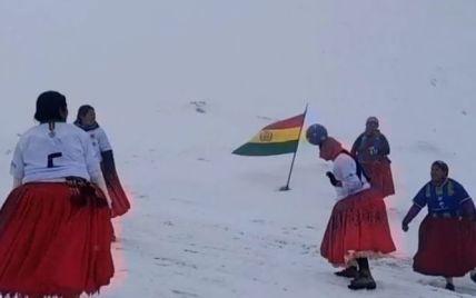 На высоте 6 тысячметров: в Боливии женщины устроили футбольный матч на заснеженной вершине горы