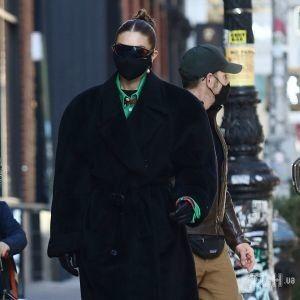 В пальто из 80-х и ярких ботинках: Джиджи Хадид с коляской прогулялась по Нью-Йорку