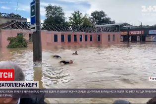 Новини України: троє рятувальників пливли за човном Аксьонова під час візиту до затопленої Керчі