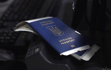 Все більше громадян їдуть до сусідньої країни: Польща підрахувала видані українцям візи від початку року
