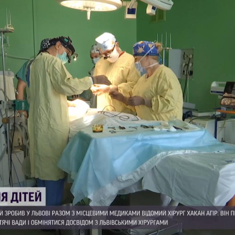 За 5 днів провели дітям 15 безкоштовних операцій: до Львова приїхав відомий пластичний хірург з Туреччини
