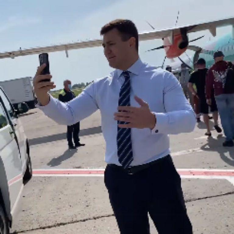Микола Тищенко затримав рейс з Києва до Ужгорода, бо не міг зняти відео з першого дубля
