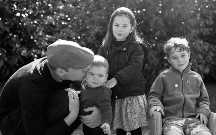 Поздравили всех с Рождеством: Кембриджи поделились в Сети милым семейным снимком