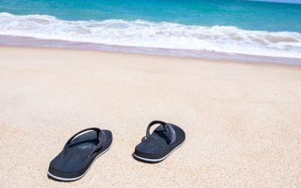 У Росії туристи накинулися на капці, які викинув на берег моря шторм