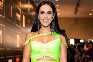 Выглядит роскошно: Джамала подчеркнула похудевшую фигуру ярким платьем