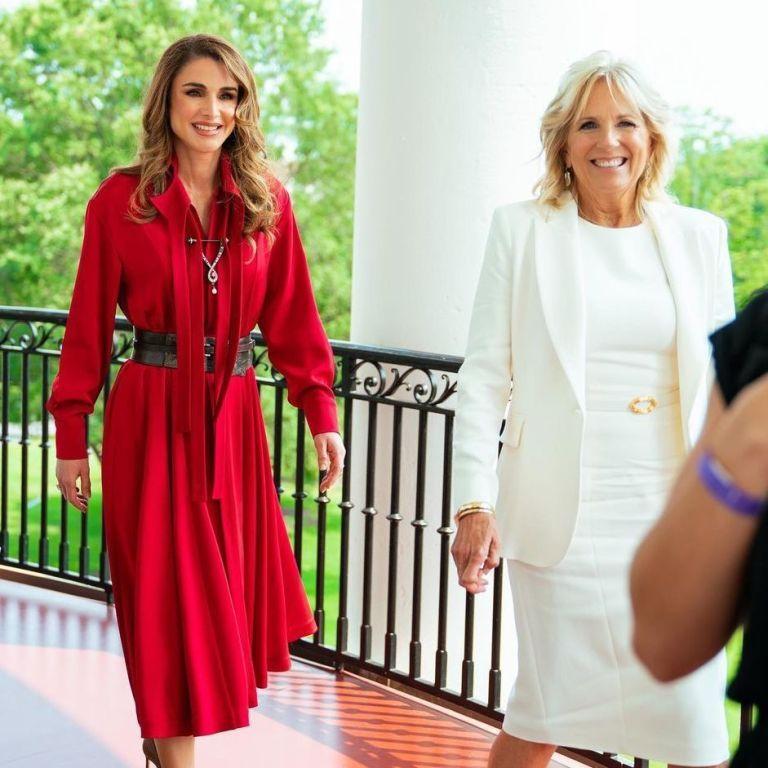 Встретились в Вашингтоне: Джилл Байден в белом наряде, королева Рания в красном платье