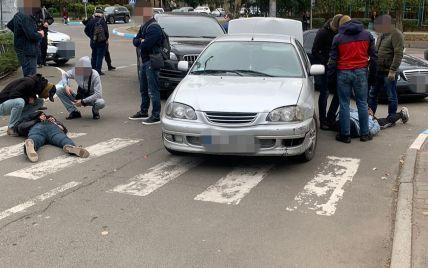 Викрадали людей та вибивали вигадані борги: в Одеській області затримали банду (відео)
